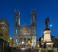 Dagens Notre-Dame-kirke. Den gamle lå på plassen foran.