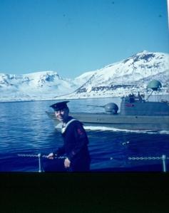 KNM HORTEN med kronprinsparet ombord. Kanonbåt som eskorte.