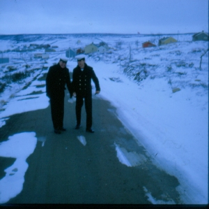 To kamerater i hovedgaten i Kautokeino i 1969.
