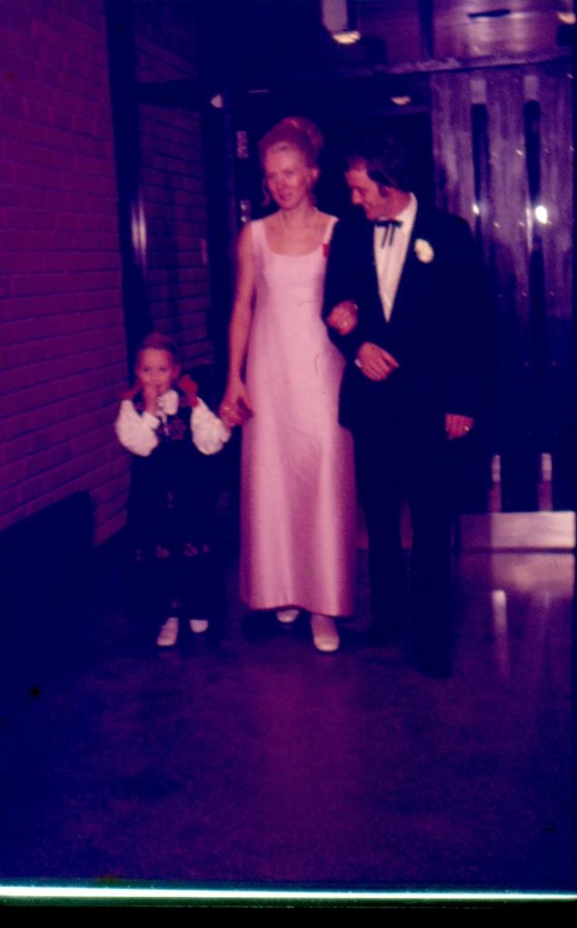 Forloverne Elsie Wallenborg og Svend Kristian Hoff. Ellen Stiklestad (Inger Johannes niese) sammen med Elsie