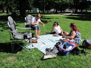 Familiepicnic i Sofienbergparken i Oslo - Inger Johanne, Sofia og Isabelle
