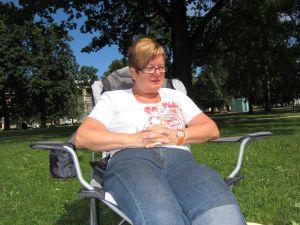 Sofienbergparken i Oslo - Inger Johanne prøvesitter ny campingstol