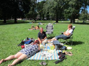 Sofienbergparken i Oslo 7 - Sofia fotograferer Isabelle, Terje, Inger Johanne
