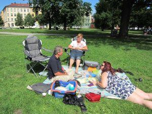 Sofienbergparken i Oslo - Sofia fotograferer Terje, Inger Johanne, Isabelle