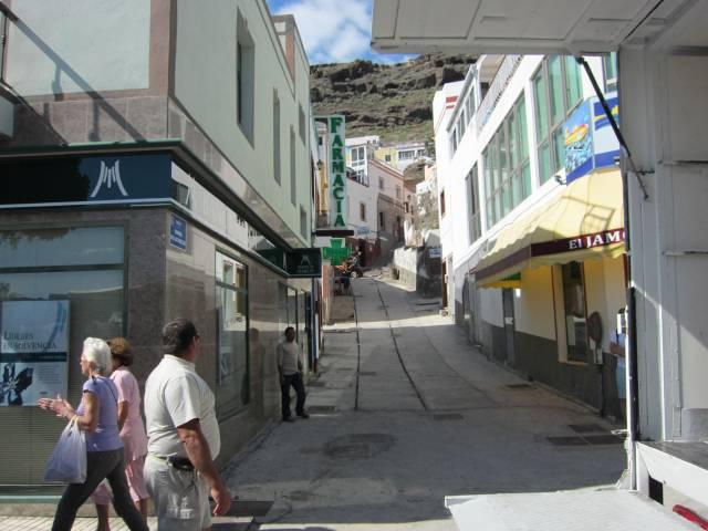 En liten gate med visjonelle trikkeskinner.