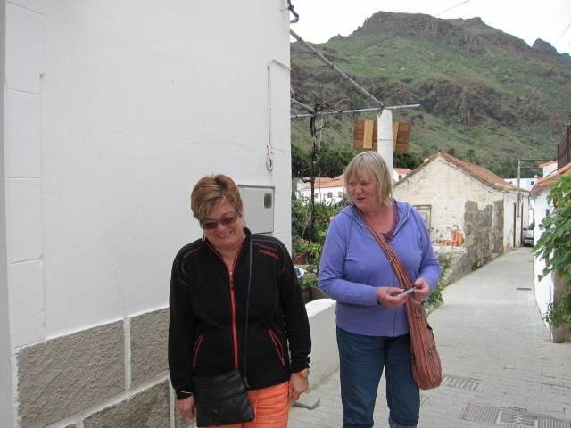 Inger Johanne og Gro morer seg i Fataga.