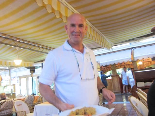 Vår servitør på Tropical
