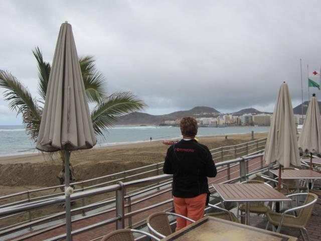 Grå og småfrisk sjø på Las Canteras-stranden.