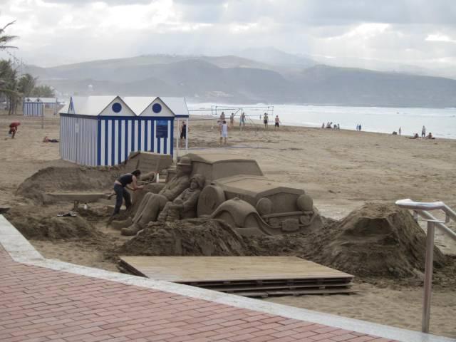 """Strandkunst. Da jeg spurte henne om hvorfor, svarte hun bare """"et viktig prosjekt""""."""