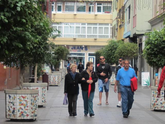 Fastboende og turister.