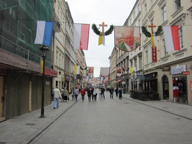Gatene er pyntet med den nå avdøde polske paven.