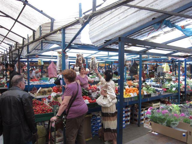 Et svært rikholdig marked med alt vi kunne tenke oss av bær, frukt og grønt.
