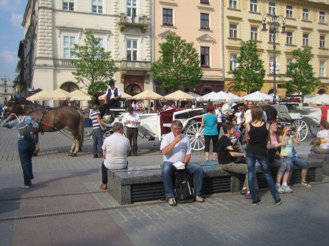Rynek Glowny: Soveplass med hesteoppstillingsplass i bakgrunnen (foto Inger Johanne Stiklestad Rønning).