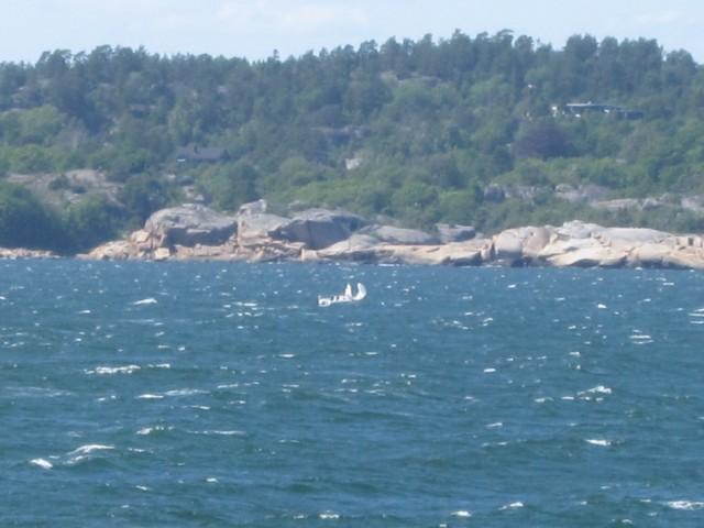 En seilbåt som sliter med seilene sine på grunn av sterk vind. Senere ser vi at seilene har kommet opp igjen. (foto Terje Rønning).