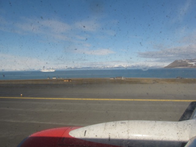 Longyearbyen Lufthavn. Det er ikke så mye snø.