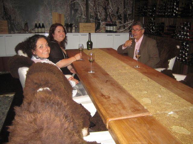 Vi nyter en av Husets utsøkte champagner i vinkjelleren. (foto Inger Johanne Rønning 20.6.2011)
