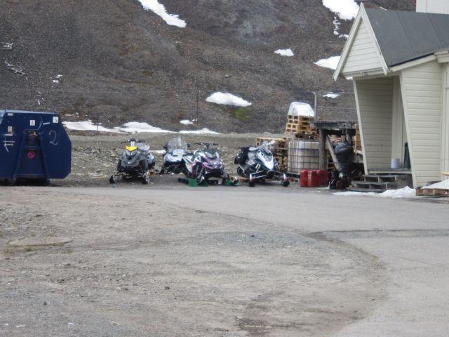 Snøscooterne ved Huset avventer neste sesong.