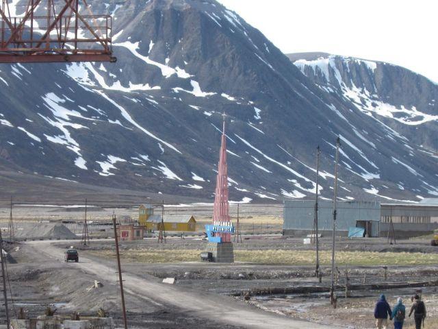 Pyramiden på Svalbard: Første stopp er skultpuren som er formet som en pyramide (foto Terje Rønning).