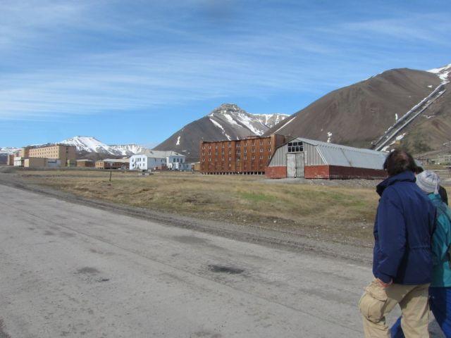 Pyramiden på Svalbard: Noen av bygningene med veksthuset nærmest (foto Terje Rønning).
