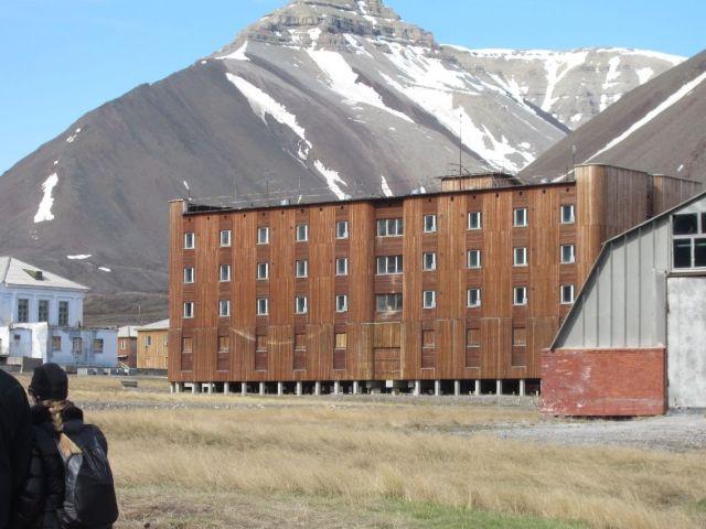 Pyramiden på Svalbard: Et trebelagt murhus (foto Terje Rønning).