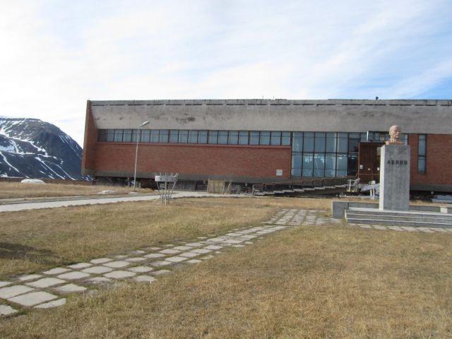 Pyramiden på Svalbard: Halvparten av sportshallen med Lenin til høyre i bildet (foto Terje Rønning).