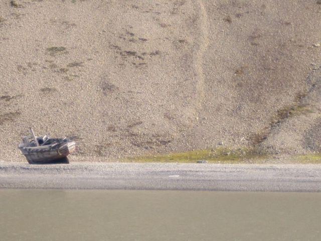 Billefjorden på Svalbard: En strandet båt i Billefjorden (foto Terje Rønning)