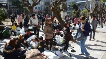 2016 03 03 - Noen grekere deler ut mat til flyktningene