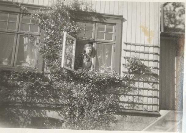 2019 06 30 - mormor i vinduet på Solli