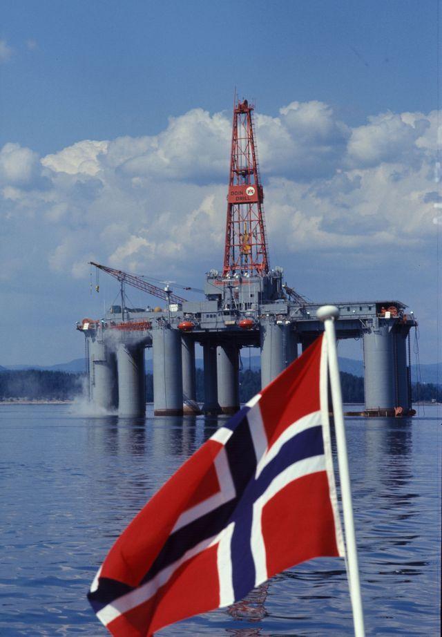 2019 09 12 - oljeplattform med norsk flagg